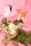 蛋糕玩偶玫瑰色婚礼 免版税库存图片