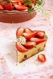 蛋糕用乳脂干酪和草莓 免版税库存照片