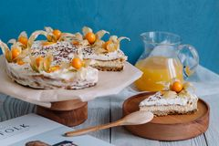 蛋糕用在一个木立场的莓果在静物画 库存图片
