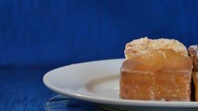 蛋糕用在一块白色板材的樱桃在木板 不同的酥皮点心 蛋糕 库存照片