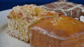 蛋糕用在一块白色板材的樱桃在木板 不同的酥皮点心 蛋糕 免版税图库摄影