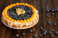 蛋糕用在木桌上的莓果 图库摄影