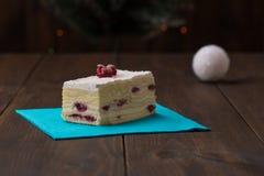 蛋糕用在木背景的新鲜的樱桃 免版税库存照片