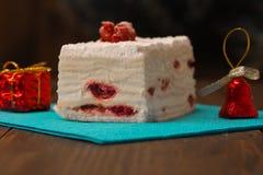 蛋糕用在木背景的新鲜的樱桃 库存图片