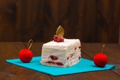 蛋糕用在木背景的新鲜的樱桃 免版税图库摄影