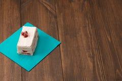 蛋糕用在木背景的新鲜的樱桃 库存照片