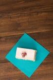 蛋糕用在木背景的新鲜的樱桃 免版税库存图片