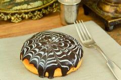 蛋糕用在板材的巧克力 免版税库存照片