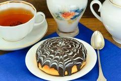 蛋糕用在板材的巧克力 免版税图库摄影