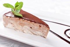 蛋糕用在板材的蛋白牛奶酥 甜食物和点心 背景许多饺子的食物非常肉 关闭 牛奶蛋白牛奶酥鸟 免版税库存照片
