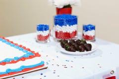 蛋糕用在桌上的五颜六色的混合药剂 库存图片