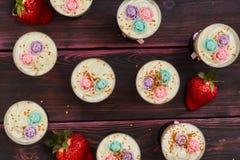 蛋糕用在玻璃射击供食的草莓 库存图片