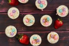 蛋糕用在玻璃射击供食的草莓 免版税库存图片