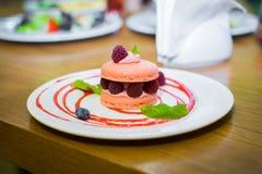 蛋糕用在白色板材的莓果 库存照片