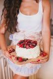 蛋糕用新鲜的莓果和白色釉 库存图片