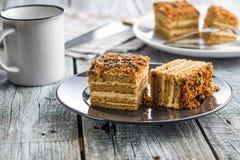 蛋糕用核桃和蜂蜜 图库摄影