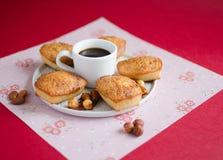 蛋糕用焦糖和切细的杏仁在红色背景 免版税库存照片