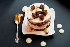 蛋糕用白色和黑暗的巧克力 免版税图库摄影