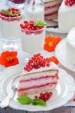 蛋糕用红浆果 免版税库存照片