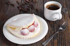 蛋糕用葡萄和咖啡 免版税库存图片
