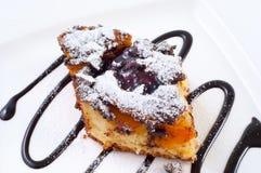 蛋糕由杏子和巧克力制成 免版税库存照片