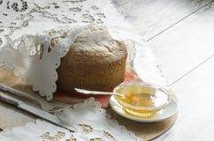蛋糕由玉米面粉制成。减速火箭的样式。 免版税库存照片