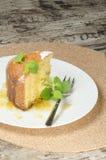 蛋糕由玉米面粉制成在板材 免版税库存照片