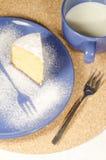 蛋糕由玉米面粉制成在板材 免版税库存图片
