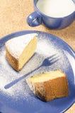 蛋糕由玉米面粉制成在板材 库存照片