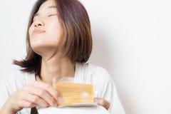 蛋糕的亚洲女性表示嗅到好 库存照片