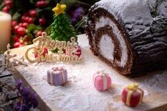 蛋糕的图片与三被弄脏的礼物盒的为庆祝圣诞节打过工 免版税库存照片