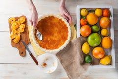 蛋糕的生产与柑橘的 免版税库存图片
