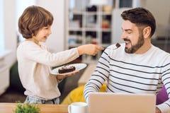 蛋糕的英俊的有胡子的人开头嘴 免版税库存图片