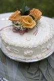 蛋糕简单的婚礼 免版税库存图片