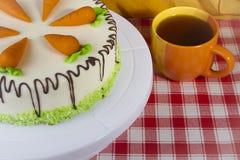 蛋糕红萝卜杯子茶 免版税库存图片