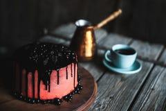 蛋糕莓果关闭在木桌上的咖啡 库存图片