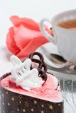蛋糕莓玫瑰色蛋白牛奶酥 库存照片