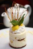 蛋糕菠萝调味汁甜被鞭打的木头 免版税库存图片