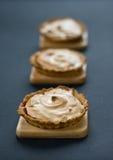 蛋糕蛋白甜饼 图库摄影