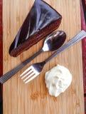 蛋糕被鞭打的巧克力奶油 免版税库存照片