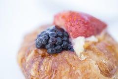 蛋糕装饰用新鲜的莓果和果子 免版税库存图片