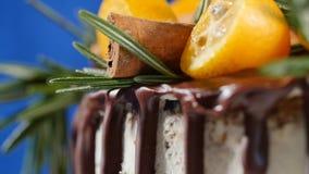 蛋糕装饰用迷迭香、金桔和姜饼曲奇饼 蛋糕装饰了金桔和桂香 图库摄影