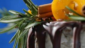 蛋糕装饰用迷迭香、金桔和姜饼曲奇饼 蛋糕装饰了金桔和桂香 免版税库存照片