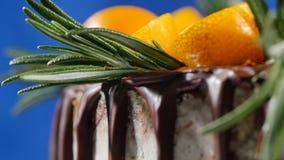 蛋糕装饰用迷迭香、金桔和姜饼曲奇饼 蛋糕装饰了金桔和桂香 免版税库存图片