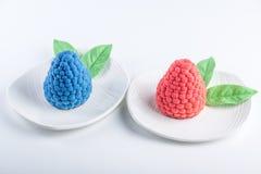 蛋糕装饰象黑莓和莓与绿色叶子在白色背景 构思设计点心 免版税库存照片