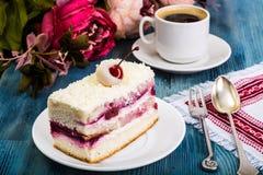 蛋糕,海绵蛋糕,奶油,樱桃,鞭打了在b的奶油 库存图片