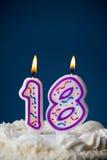 蛋糕:与蜡烛的生日蛋糕为第18个生日 免版税库存照片