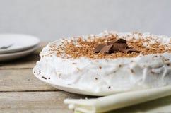 蛋糕给上釉与巧克力片 免版税库存图片