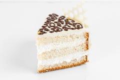 蛋糕 分层堆积与乳脂状的奶油的松糕在板材 甜食物和点心 关闭 库存图片