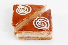 蛋糕 分层堆积与乳脂状的奶油的松糕在板材 甜食物和点心 关闭 免版税图库摄影